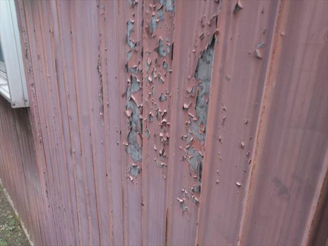 トタン壁の塗膜の剥がれ