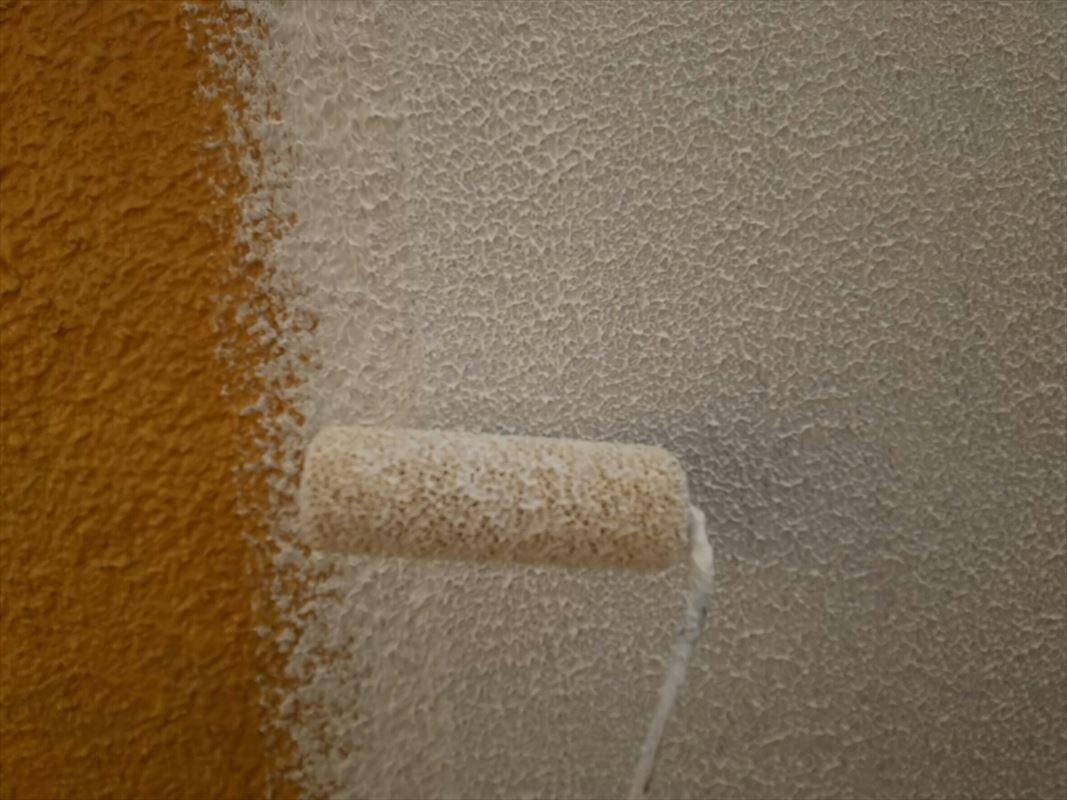 多治見 外壁下塗り ローラーで模様付け
