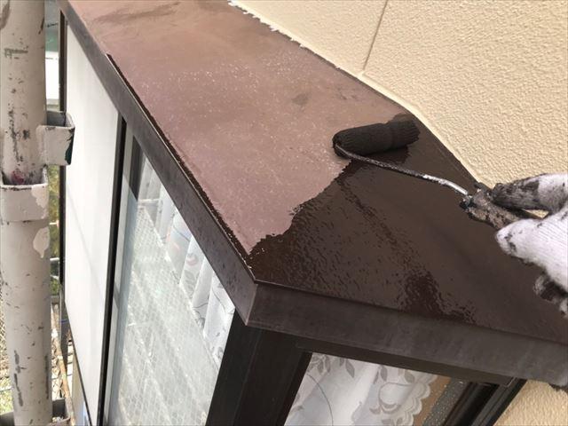 出窓の天板の塗装です