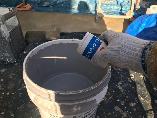 上塗り缶に防カビ剤投入です