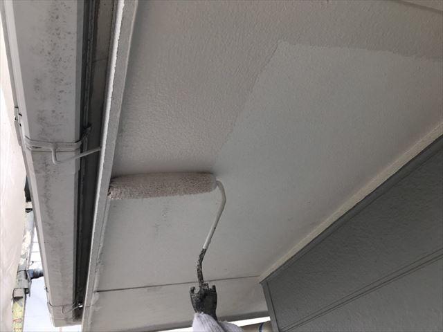 軒天の下塗り塗装です