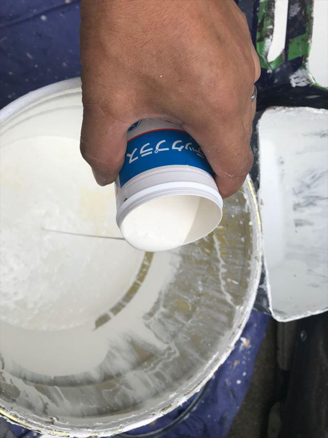 上塗り塗料に防カビ剤投入です
