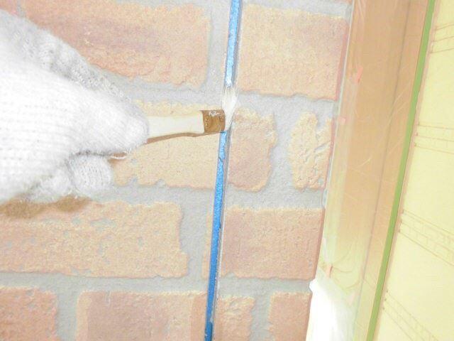 恵那市で外壁塗装 目地打ち替えのためプライマーの塗布