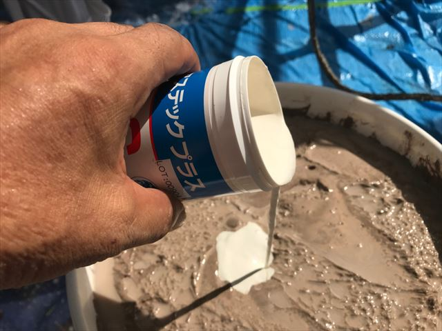 断熱塗料ガイナに防カビ剤投入です