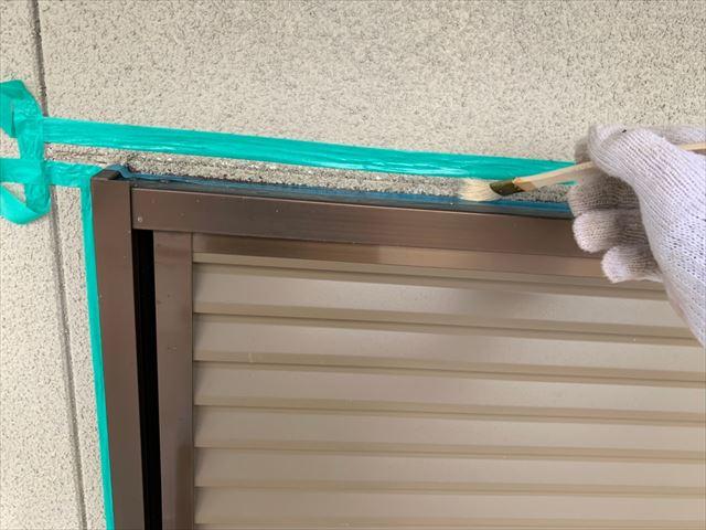 窓まわりのプライマー塗布