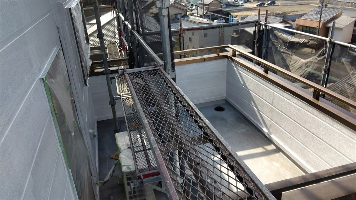 中津川市中津川で屋根外壁塗装外壁下塗り1回目完了