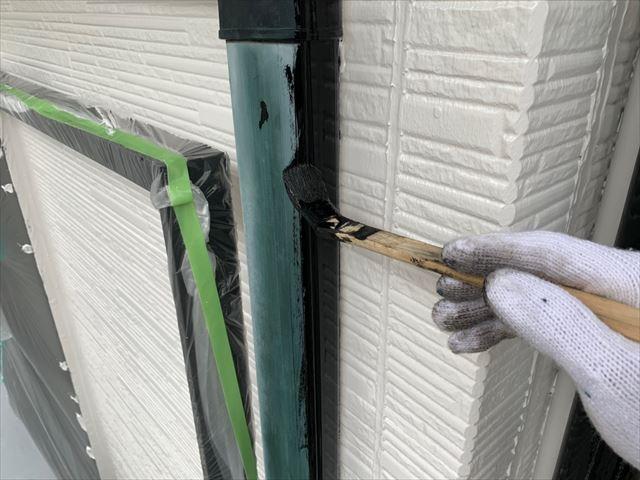 たて樋の塗装です