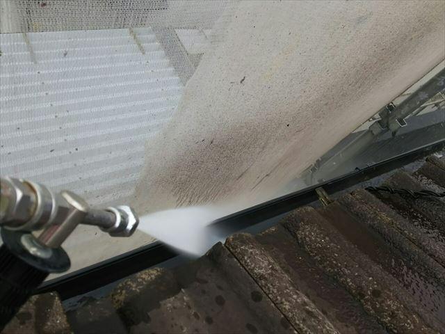 軒樋の洗浄です