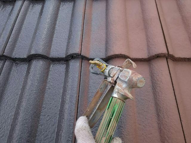 モニエル瓦屋根の中塗り塗装です