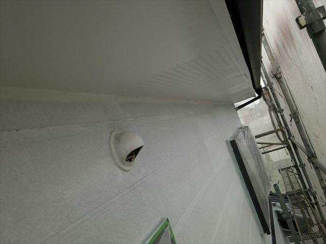 軒天の1回目塗装です