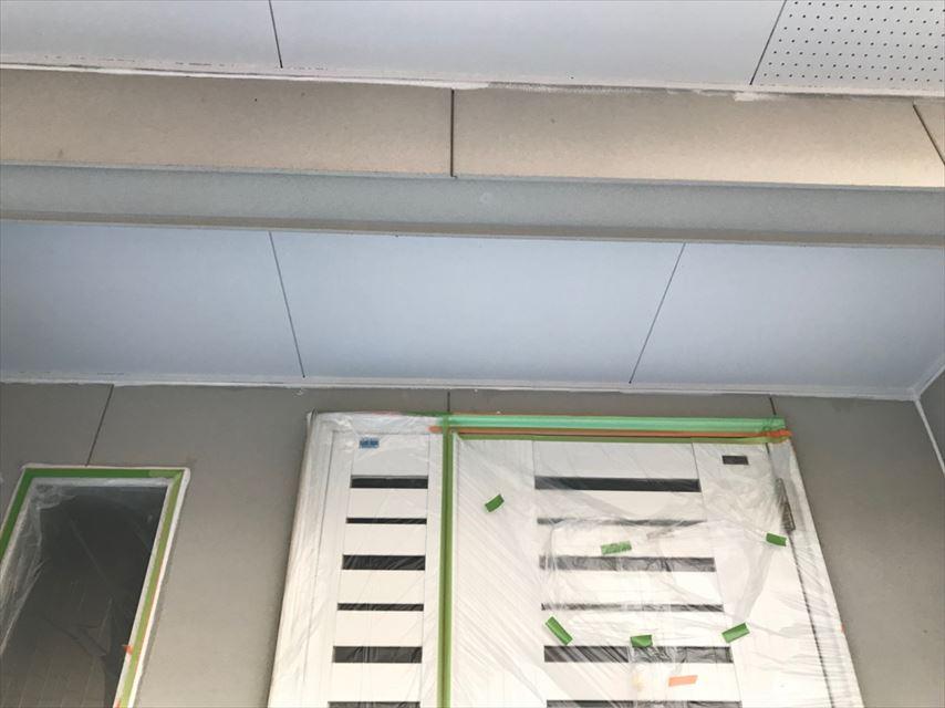 玄関天井の塗装です
