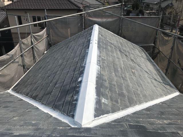 多治見市、屋根の棟板金の下塗り塗装