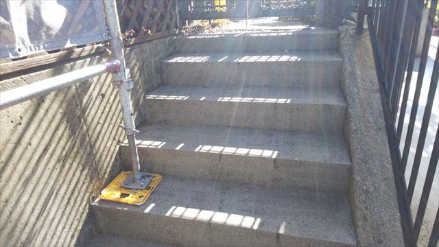 玄関前階段の洗浄です