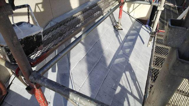 屋根の下塗り1回目塗装です