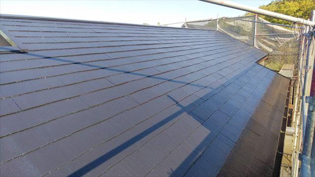 屋根の中塗り塗装、完了です