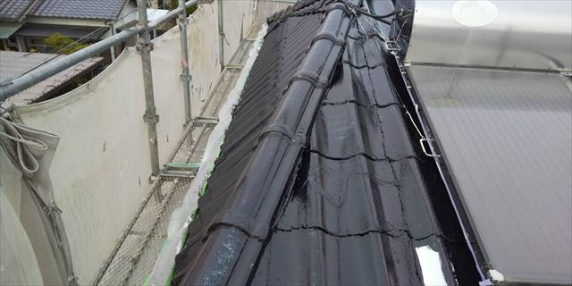 屋根の中塗り塗装です。
