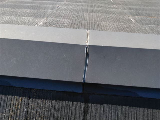屋根の棟板金の亀裂です