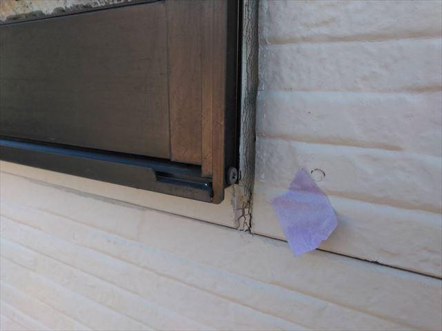窓の下、隙間があります