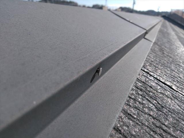 屋根の棟板金の釘が浮いている