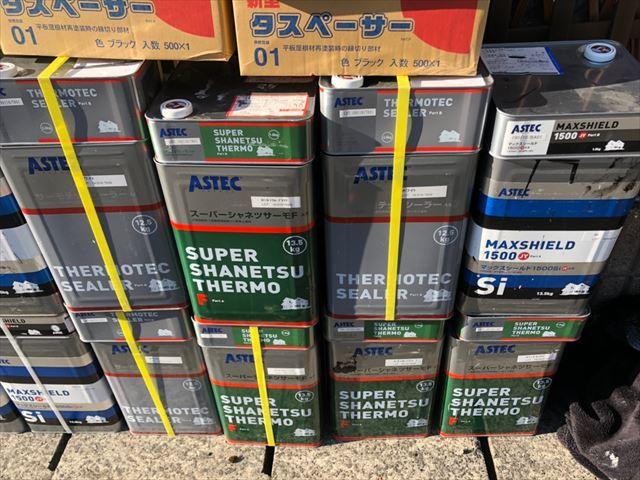 屋根の使用する塗料缶です