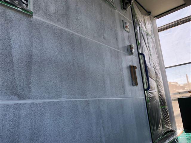 外壁の下塗り1回目塗装です