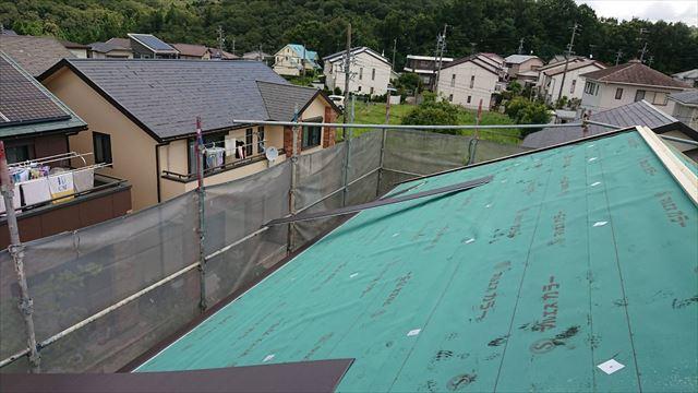 屋根にルーフィングはり