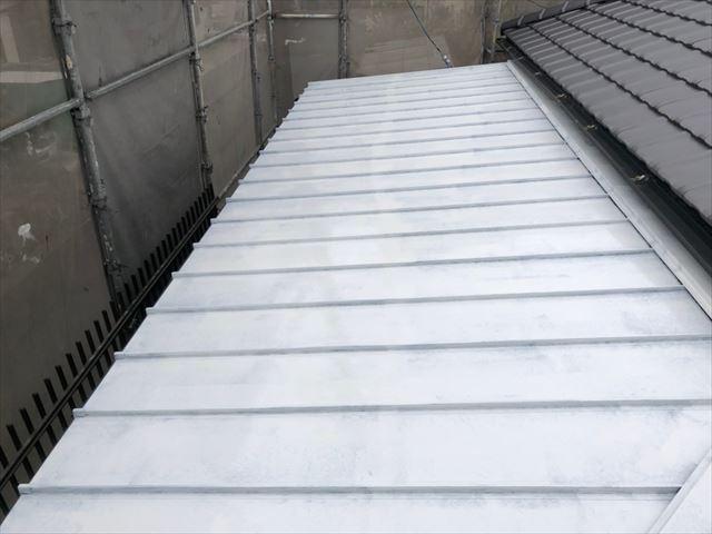 トタン屋根の下塗り塗装、完了です