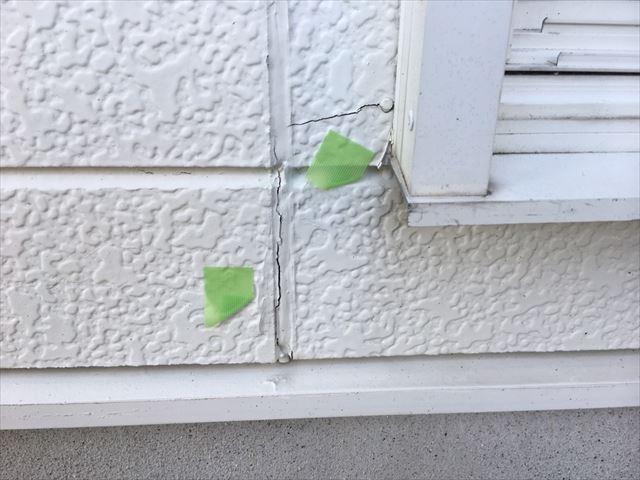 窓まわりの外壁の亀裂です