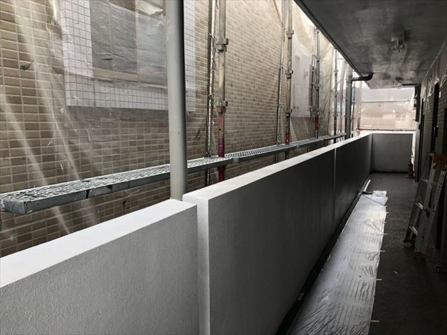 マンションの通路の外壁下塗り