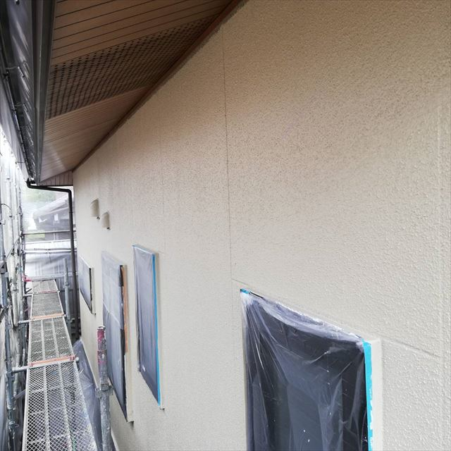 外壁の中塗り塗装です
