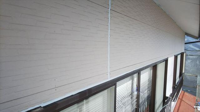窓上のコーキング補修です