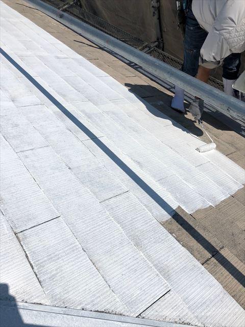 スレート屋根の下塗り塗装です