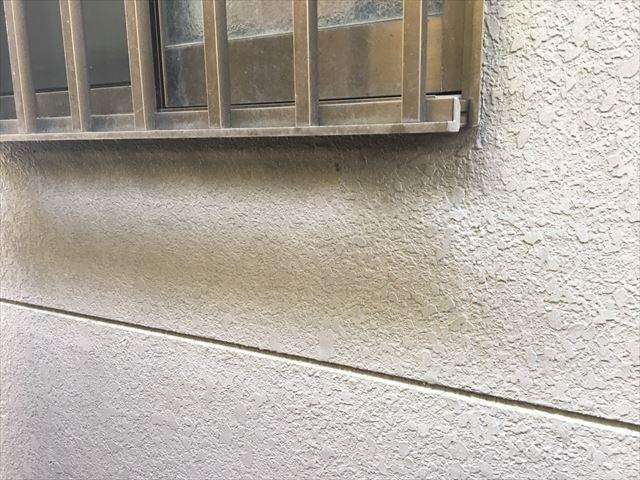 窓下、外壁の汚れ