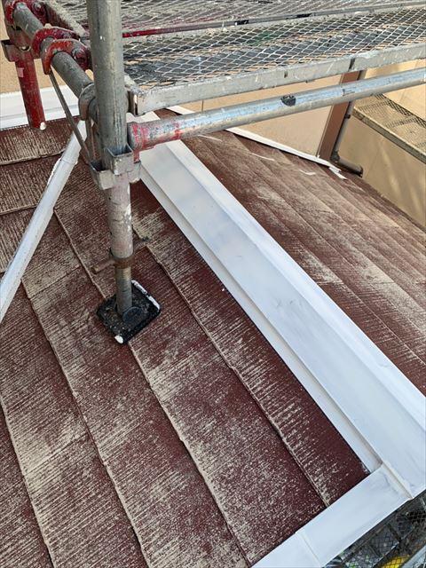 多治見市、屋根棟板金の下塗り