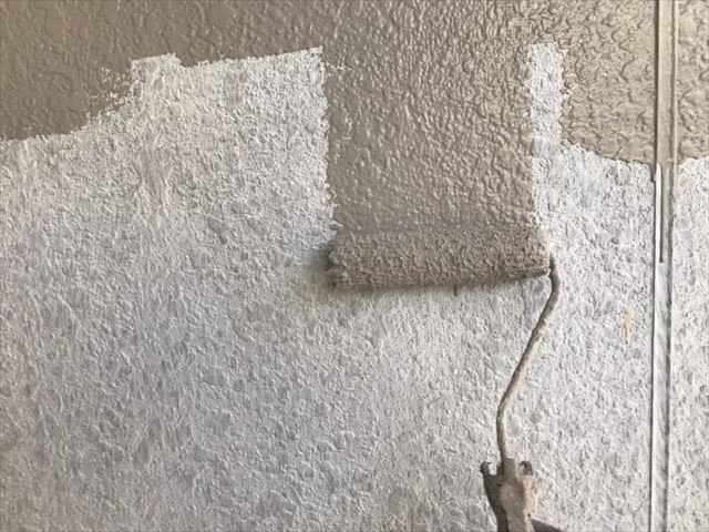瑞浪市で外壁塗装中塗り塗装