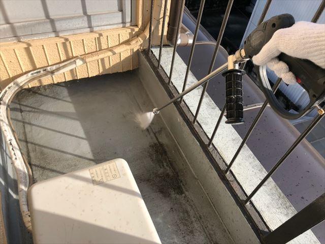 ベランダを高圧水洗浄します
