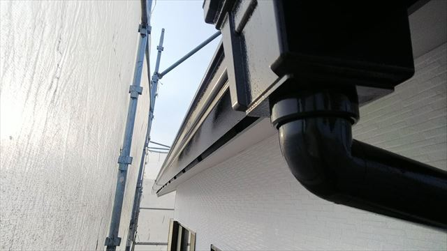 樋、集水器の塗装です