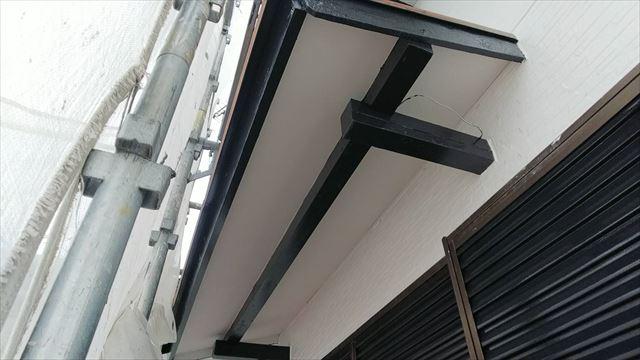 軒天の垂木の塗装です