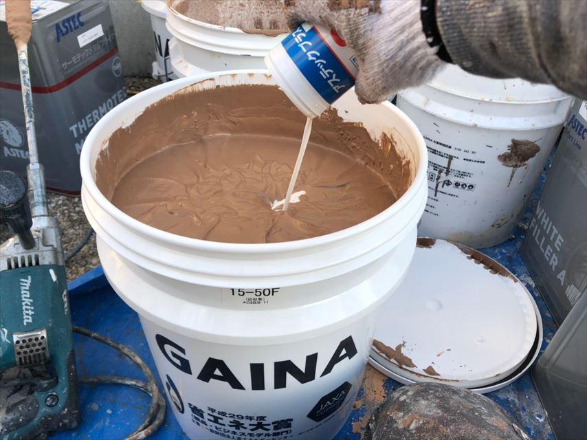 上塗り缶に防カビ剤投入