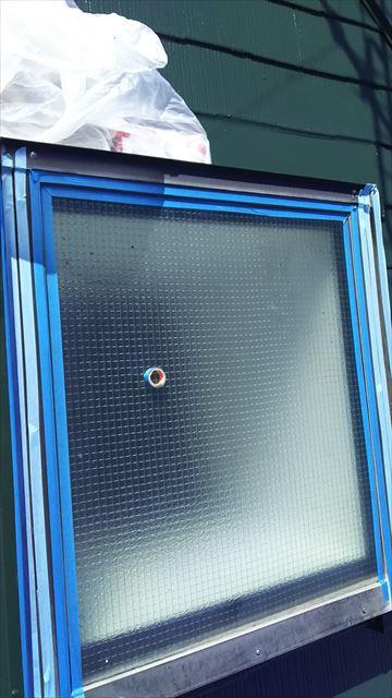 窓まわりを養生テープします。