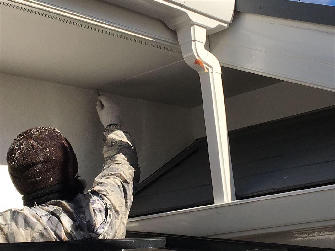 多治見 外壁屋根塗り替え 細かいところは刷毛で手塗り ローラーで手塗り