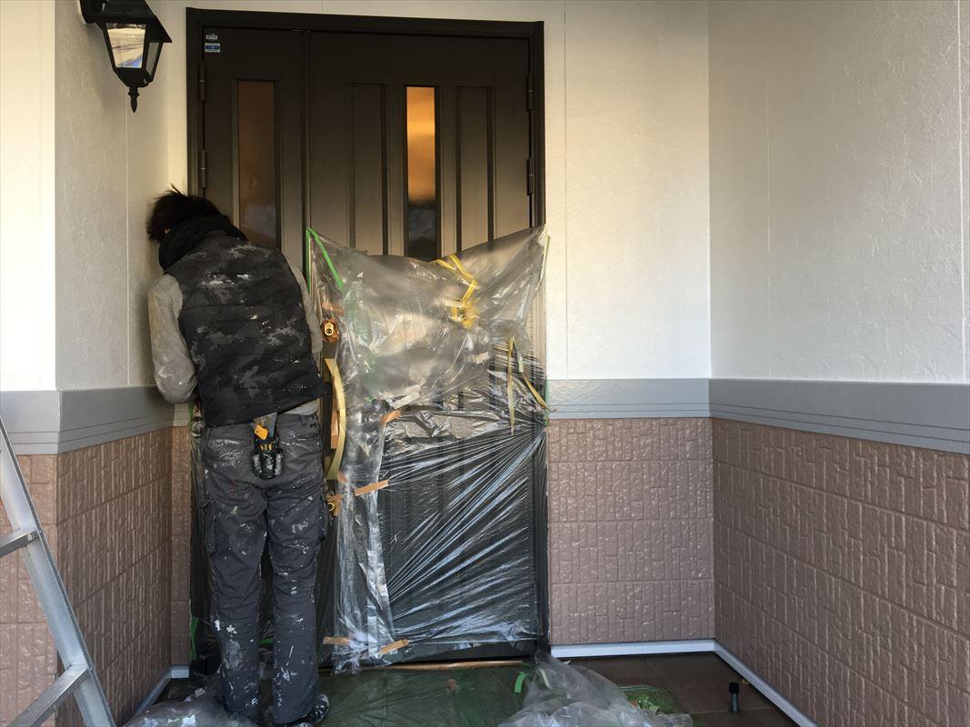 多治見 外壁塗装 養生外し ビニールで保護しながら塗装 玄関の養生