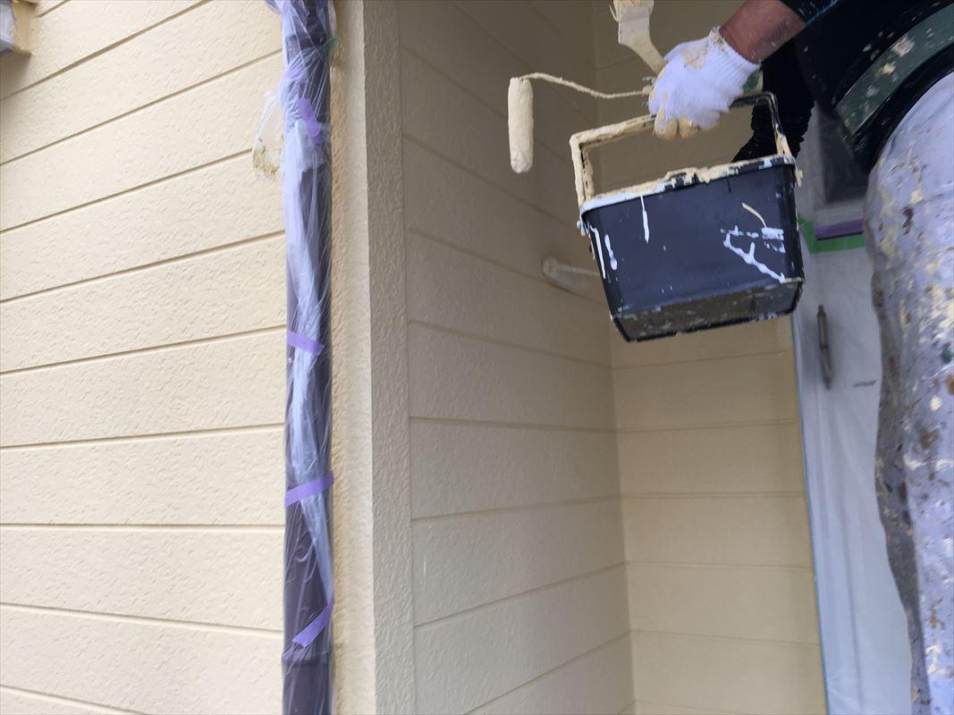 多治見市 ガイナの塗装 ローラーで手塗りで施工中
