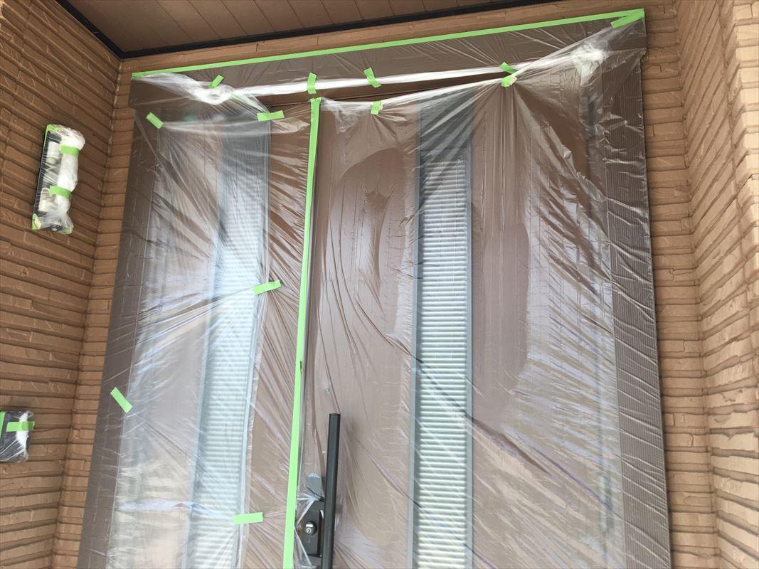 瑞浪市 外壁塗り替え 玄関の養生 ビニールで窓を囲います