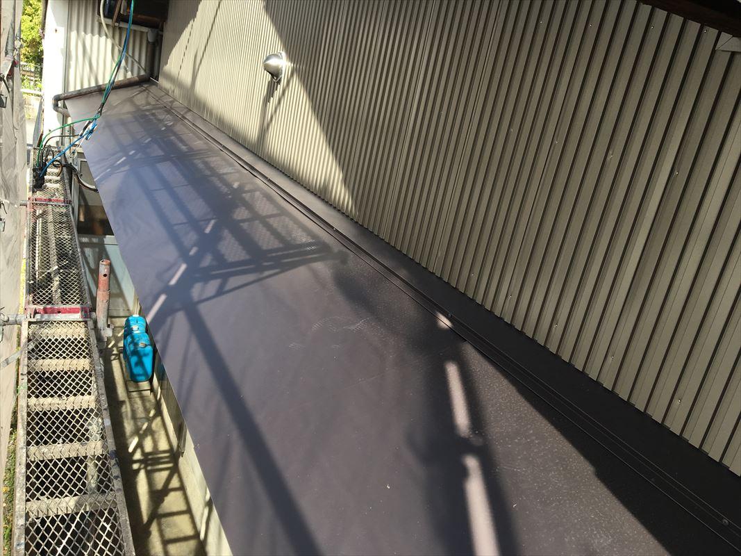 多治見市 ひさしの上の鉄のサビた部分を張り直し