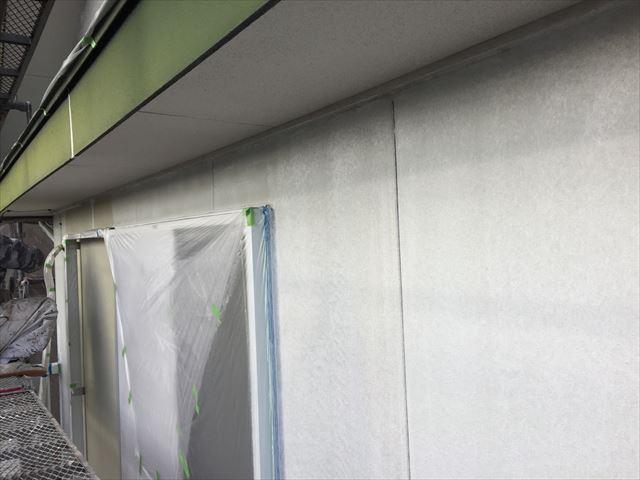 外壁にフィラーの下塗り