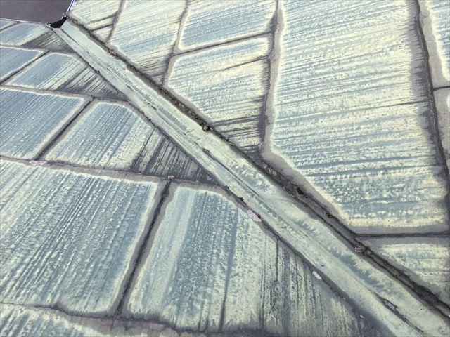 屋根材の色褪せです