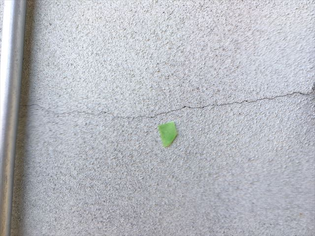 モルタル外壁の大きなひび割れ