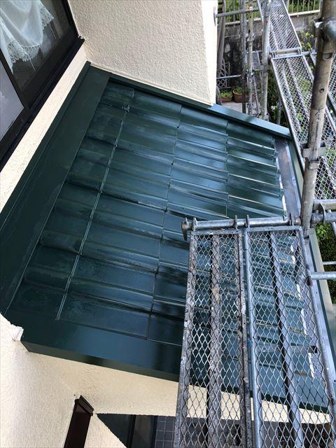 下屋根の板金の塗装です