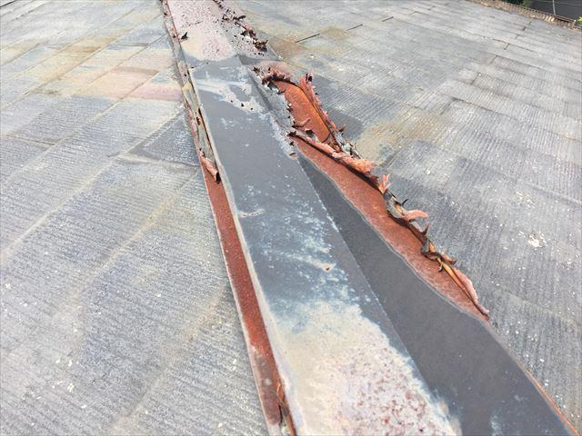 屋根の棟板金の劣化です
